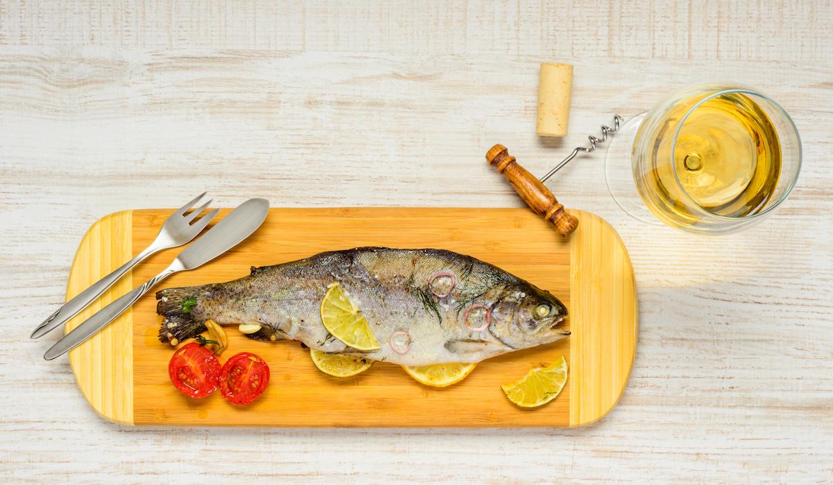 Ψητά ψάρια γεμιστά με σωταρισμένο σπανάκι, ντομάτες, λεμόνι και ελιές!