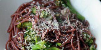 Μακαρόνια σπαγγέτι μαγειρεμένα σε κόκκινο κρασί με καρύδια και μαϊντανό!