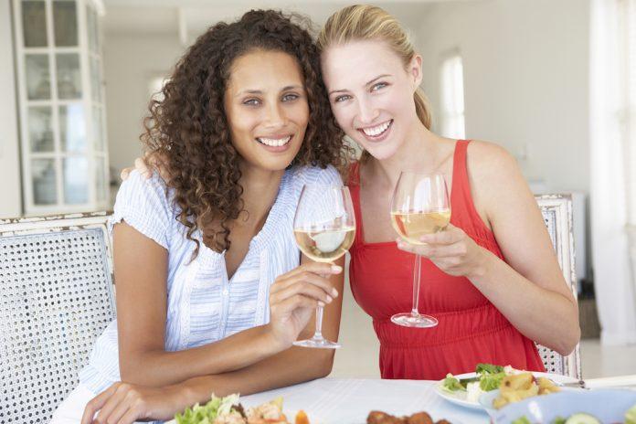 Οι γυναίκες είναι πιο ευτυχισμένες όταν πίνουν λευκό κρασί, αποκαλύπτει μια μελέτη