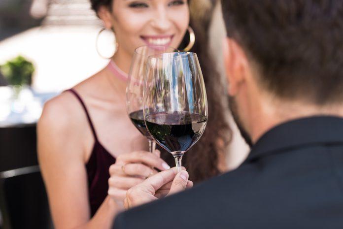 Ποιος είναι ο λόγος που τσουγκρίζουμε τα ποτήρια με το κρασί;
