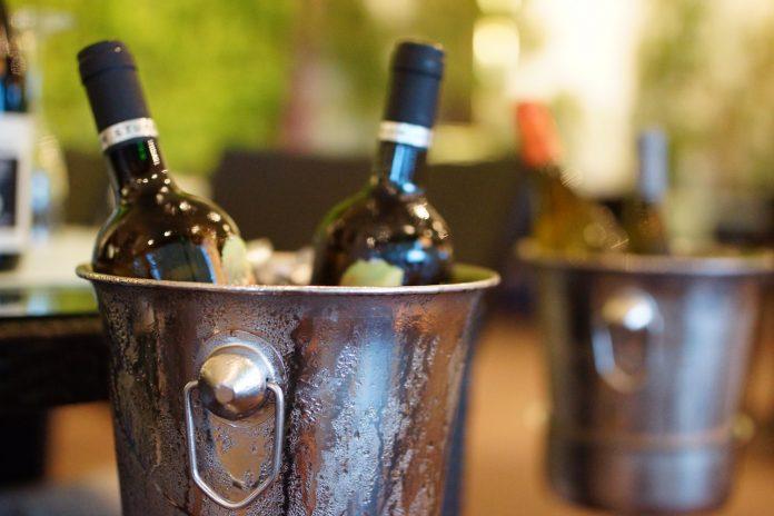 Ποιος είναι ο πιο γρήγορος τρόπος να ψύξετε ένα μπουκάλι κρασί;
