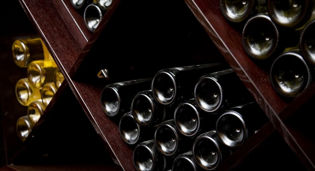 Ο πιο αμφιλεγόμενος οινοποιός του κόσμου πουλάει ένα μπουκάλι για $34,000!